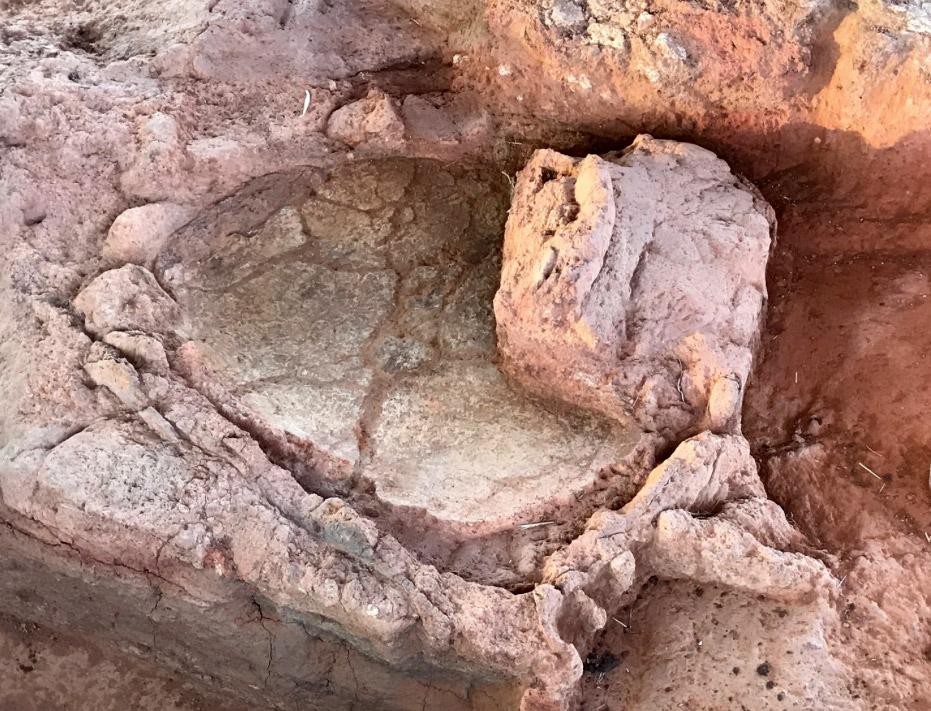 Ένας από τους κλιβάνους διατηρεί πολύ καλά το δάπεδο και μέρος των τοίχων του που ήταν επιχρισμένοι  με κονίαμα, όπως πιθανόν και η θόλος του. Φωτ.: Γιάννης Χαμηλάκης.