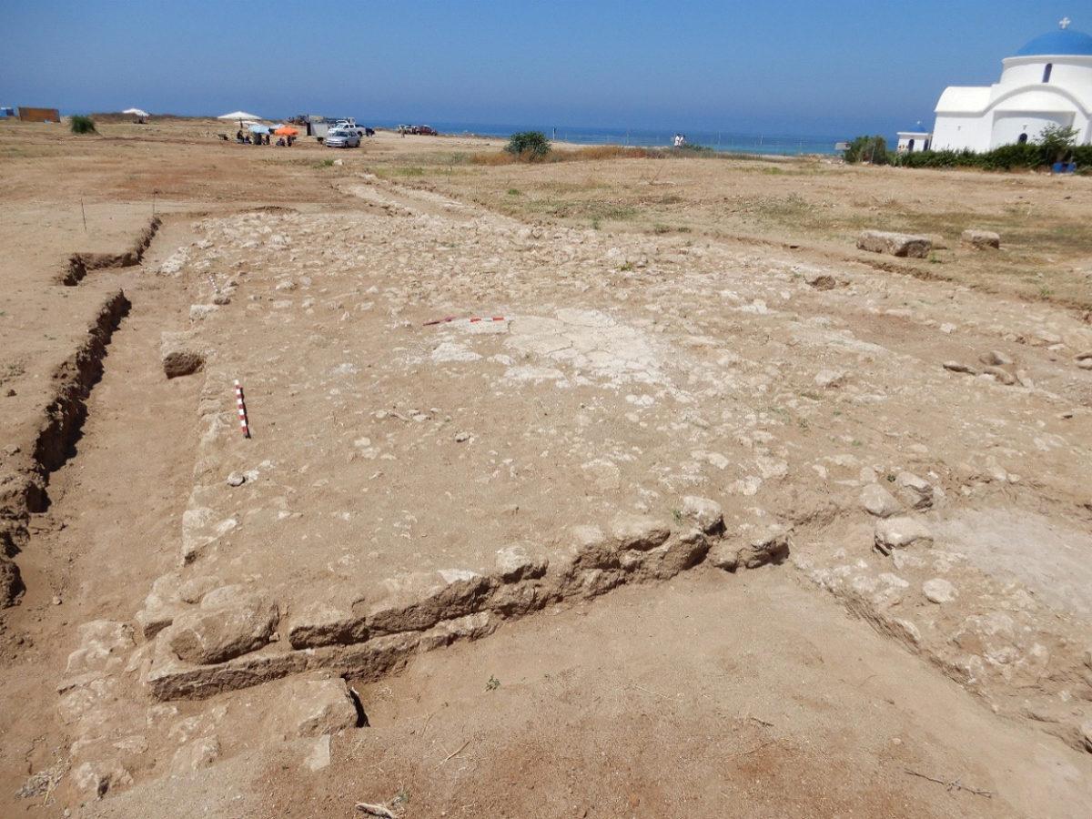 Η λίθινη βάση δεξαμενής με ορατούς στα δύο άκρα τοίχους υδραγωγείου (φωτ.: Τμήμα Αρχαιοτήτων Κύπρου).