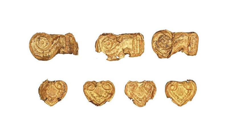 Χρυσές χάντρες από τον θολωτό τάφο της Αγίας Θέκλας, στην Τήνο (13ος αι. π.Χ.). © Εφορεία Αρχαιοτήτων Κυκλάδων, Κ. Ξενικάκης.