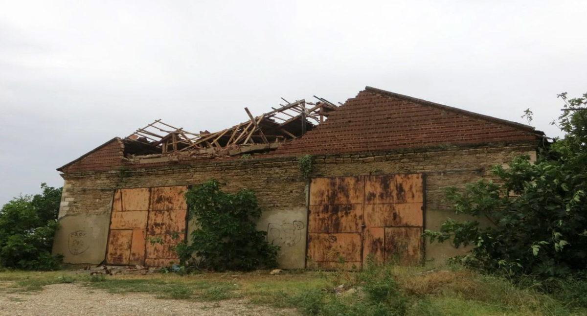 Μετοχιακό συγκρότημα Ζωγράφου. Κατάρρευση νεότερου δυτικού αετώματος και τμήματος της στέγης (σε βάθος περ. 4 μ.). Φωτ.: ΥΠΠΟΑ.