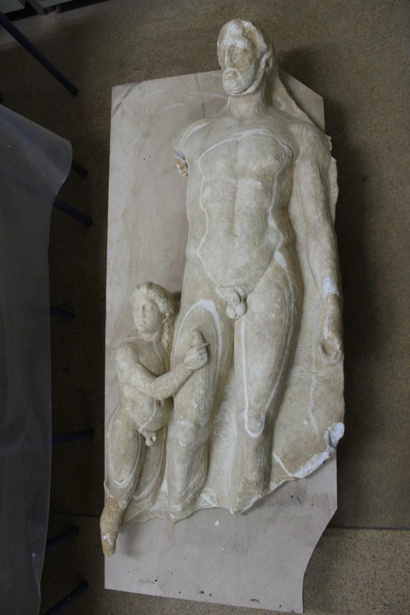 Επιτύμβια στήλη με παράσταση αφηρωϊσμένου άνδρα με τον δούλο του ( 4ου αι. π.Χ.).