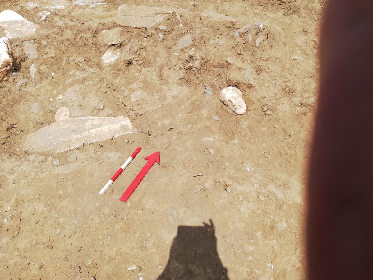 Το πρόσωπο του άνδρα της στήλης εικ. 4 όπως βρέθηκε στο στρώμα καταστροφής.