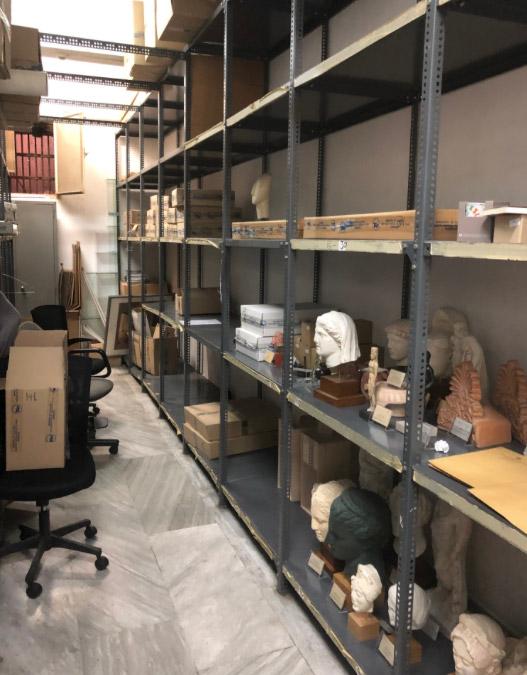 Η υπουργός Πολιτισμού Λίνα Μενδώνη στο πωλητήριο του Εθνικού Αρχαιολογικού Μουσείου (φωτ.: ΥΠΠΟΑ).