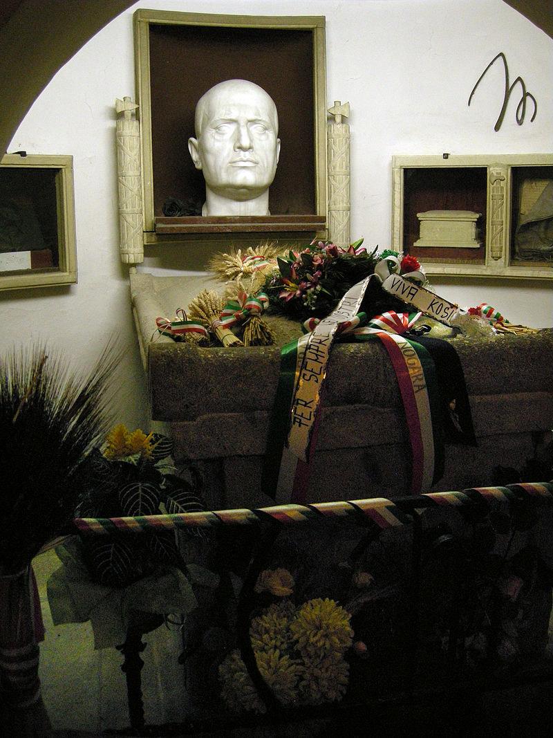 Ο τάφος του Μουσολίνι στην οικογενειακή κρύπτη (φωτ.: Wikipedia).