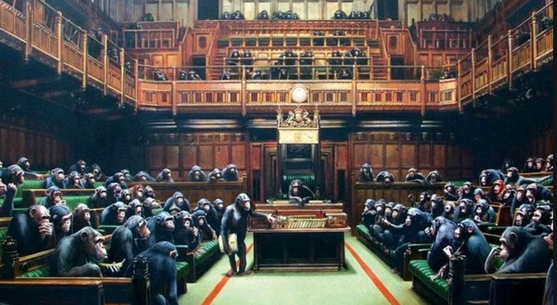 Με τον τίτλο «Devolved Parliament» (Αποκεντρωμένο Κοινοβούλιο), ο πίνακας αυτός παρουσιάζει χιμπατζήδες να κάθονται στα πράσινα έδρανα της Βουλής των Κοινοτήτων, έχοντας αντικαταστήσει τους άνδρες και τις γυναίκες πολιτικούς.