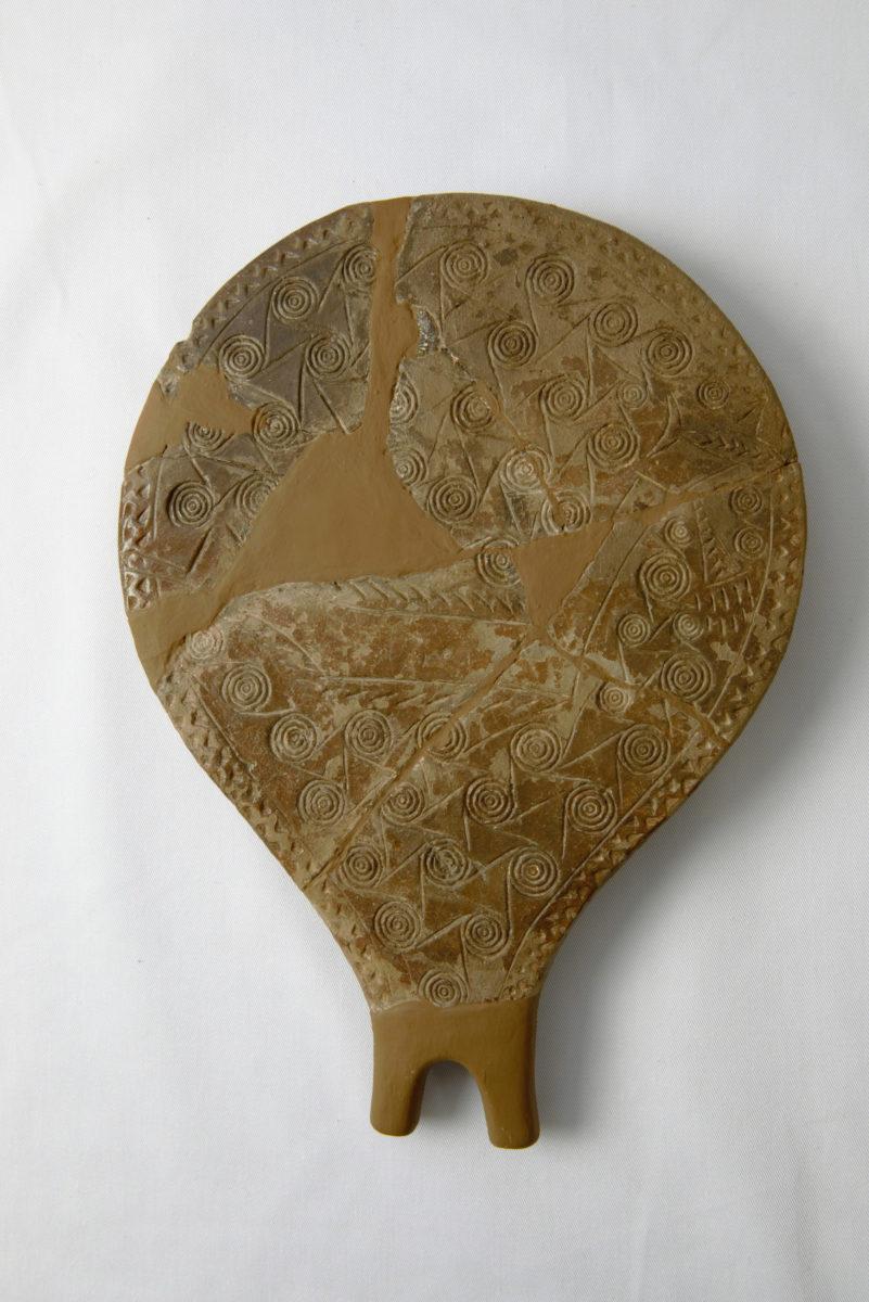 Τηγανόσχημο σκεύος από πηλό (ΕΑΜ Π 6177.1) 2800-2300 π.Χ.: Πρωτοκυκλαδική ΙΙ περίοδος. Σύρος, νεκροταφείο Χαλανδριανής (Φωτογραφικό Αρχείο Εθνικού Αρχαιολογικού Μουσείου).