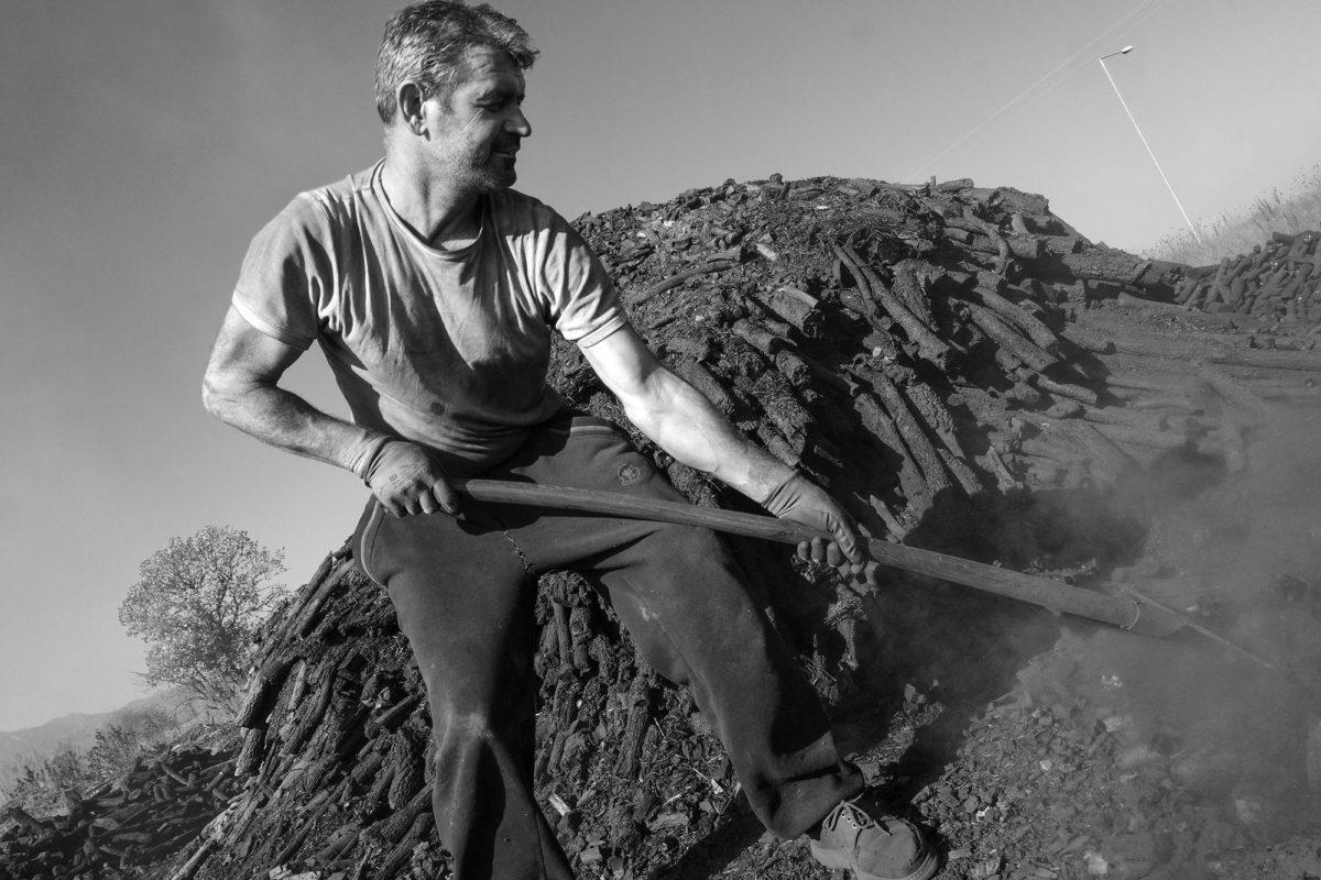 Φωτογραφία του Πολυδεύκη Ασωνίτη από την έκθεση «Οι καρβουνιάρηδες της Πίνδου».