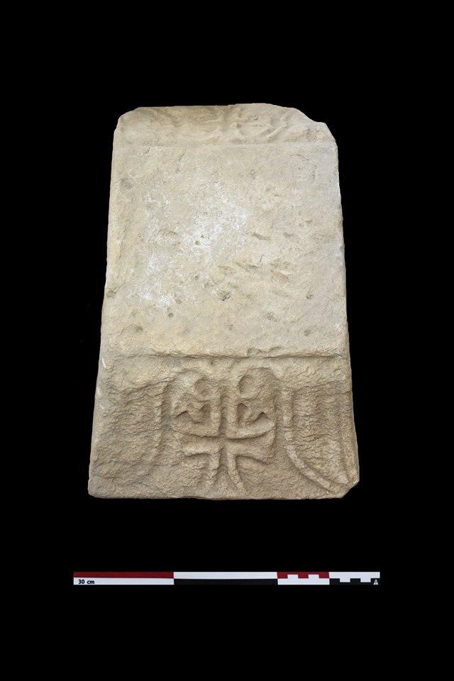 Μαρμάρινο επίθημα με σταυρό από το ανατολικό άκρο του βορείου κλίτους της βασιλικής (φωτ.: ΥΠΠΟΑ).