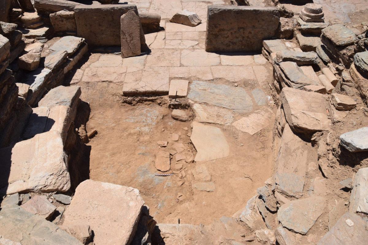 Άποψη της αψίδας του ιερού με τμήμα του στρώματος των σπασμένων αγγείων του «εγκαινίου» κάτω από το πλακόστρωτο δάπεδο (φωτ.: ΥΠΠΟΑ).