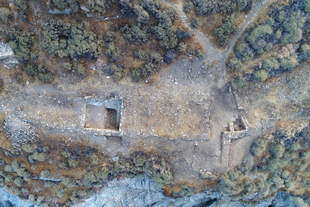 Αεροφωτογραφία τμήματος του Κτηρίου 2 (αριστερά ο Χώρος ΙΒ, δεξιά ο Χώρος Η και η πύλη) (φωτ.: Κώστας Ξενικάκης).