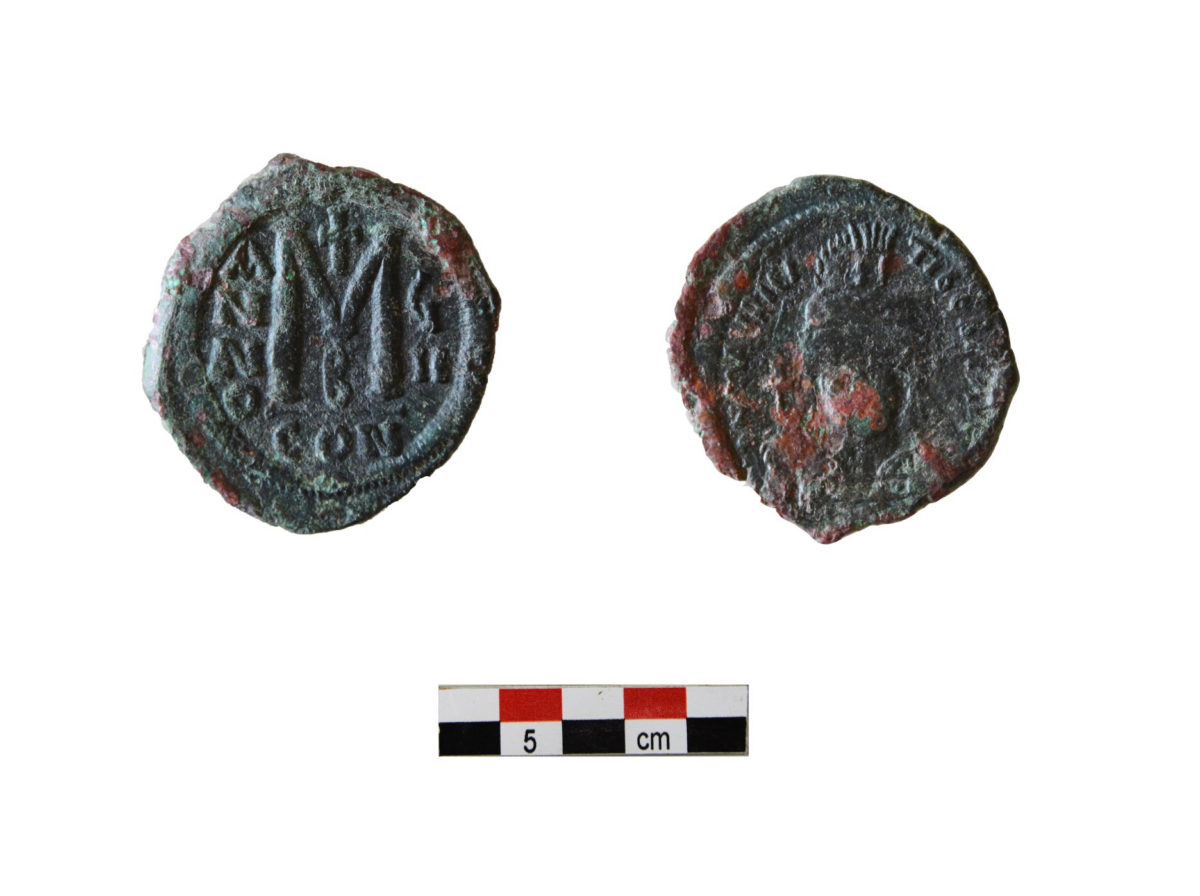 Χάλκινος φόλλις Μαυρικίου Τιβερίου (582-602) από το χώρο ΙΒ του κτηρίου 2 (τέλη 6ου αιώνα) (φωτ.: ΥΠΠΟΑ).
