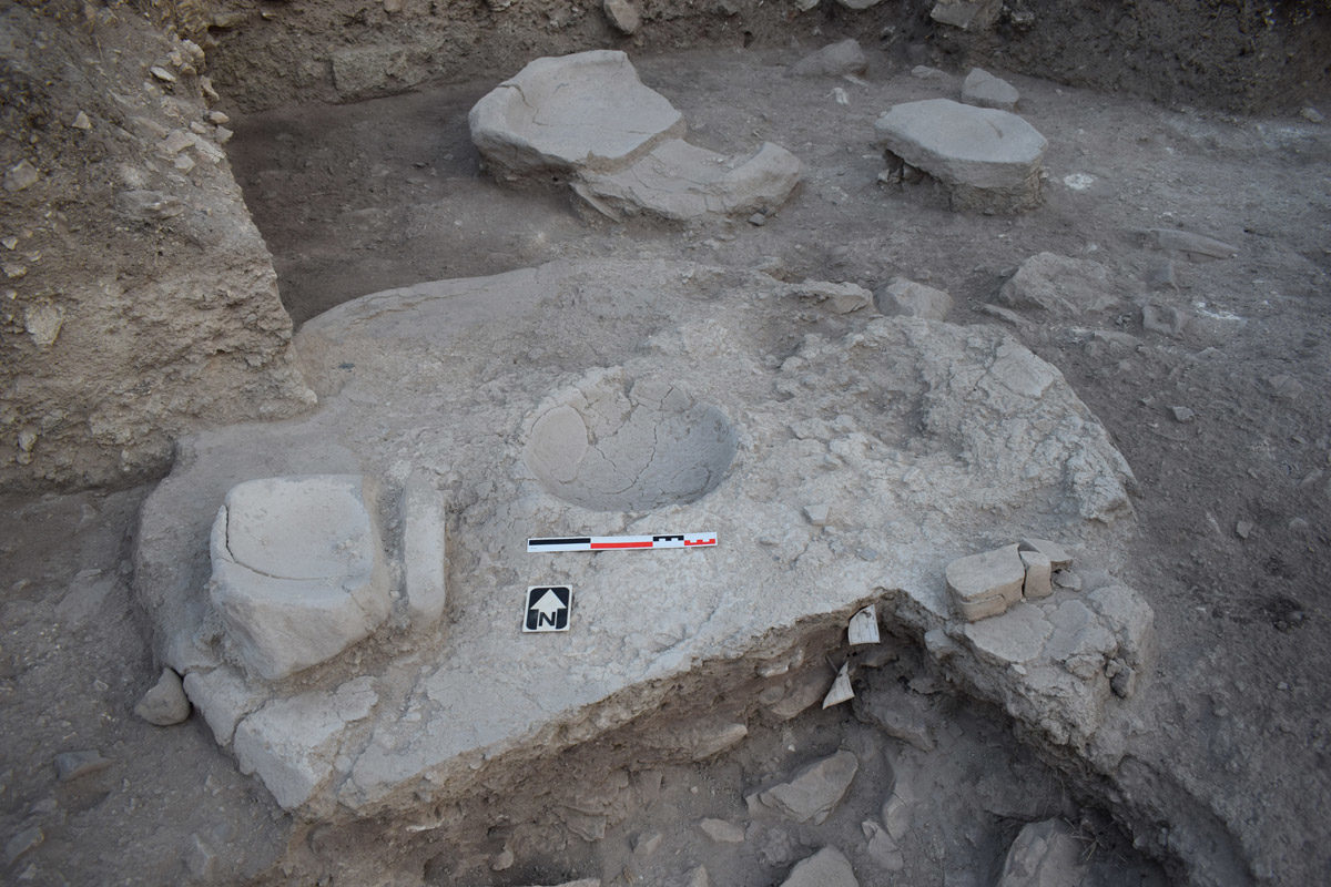 Χαλκολιθική οικία με εστία, λεκάνη και εργαλεία (φωτ.: Τμήμα Αρχαιοτήτων Κύπρου).