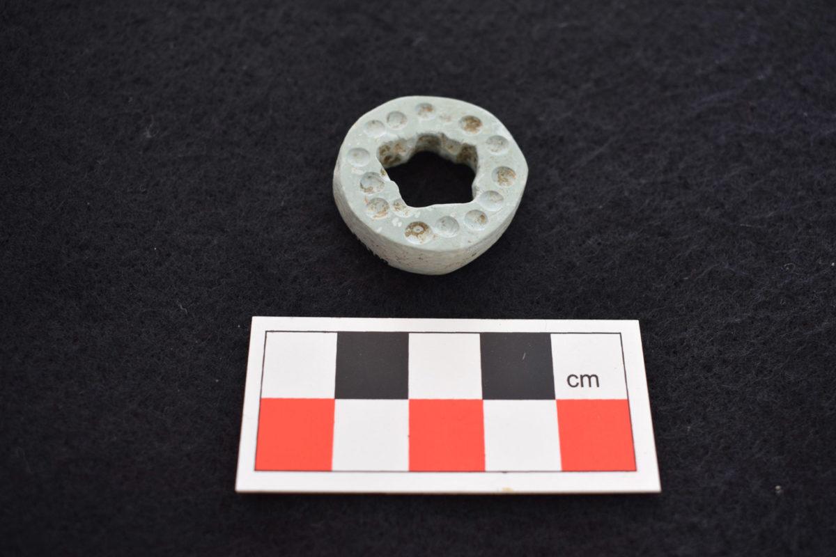 Περίαπτο από πικρόλιθο Μέσης Εποχής Χαλκού (φωτ.: Τμήμα Αρχαιοτήτων Κύπρου).