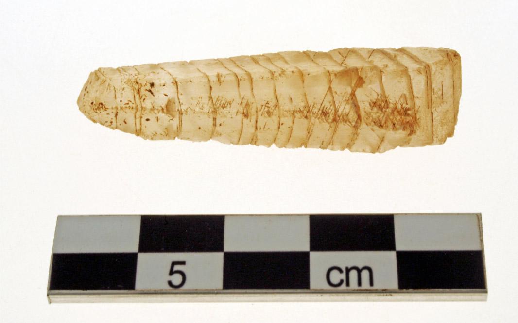 Εικ. 12. Κρυστάλλινο περίαπτο εύρημα της φετινής ανασκαφής (φωτ.: ΥΠΠΟΑ).