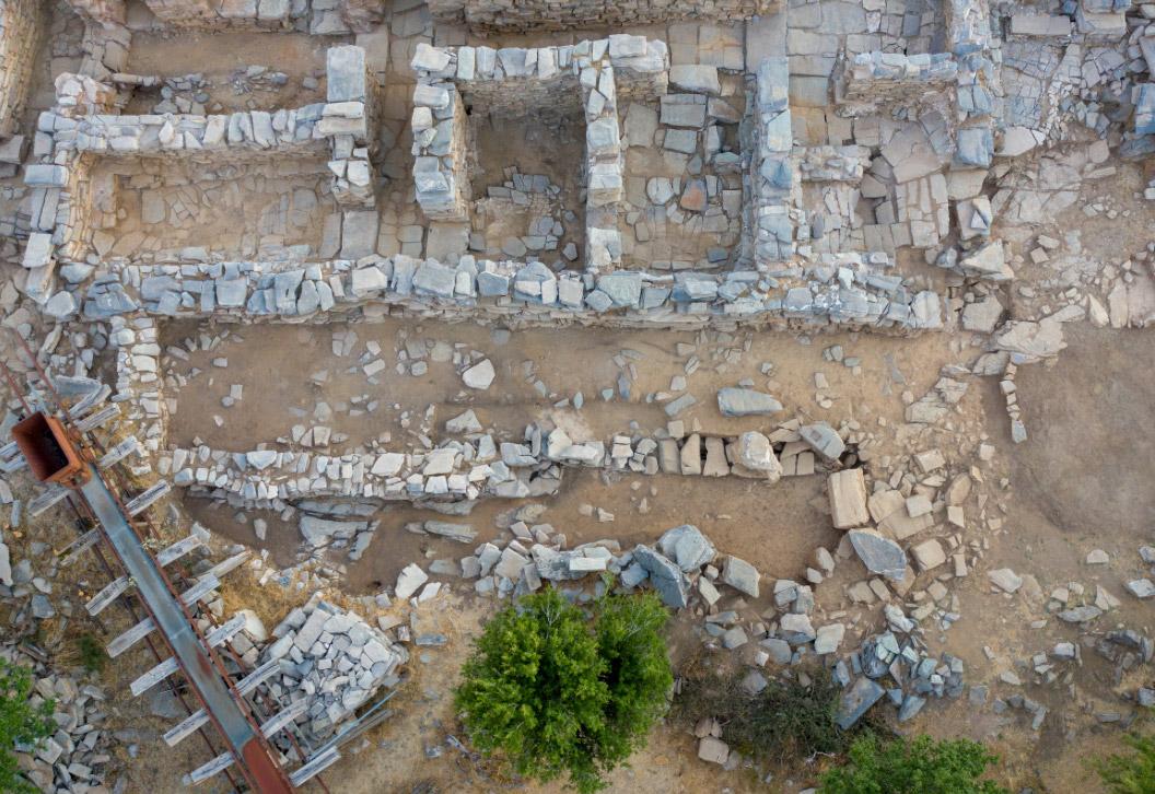 Εικ. 4. Κατά τη φετινή ανασκαφή επιβεβαιώθηκε ότι κάτω από το κτήριο της Νεοανακτορικής περιόδου υπήρχε παλαιότερο που ιδρύθηκε πάνω σε βράχους (φωτ.: ΥΠΠΟΑ).