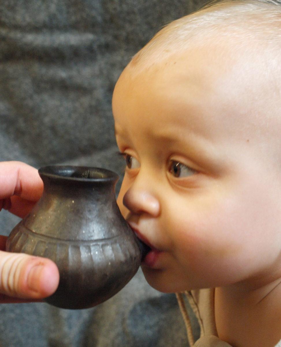 Μικρά κεραμικά δοχεία με στόμιο, που θα μπορούσε να κρατήσει ένα νήπιο στο χέρι του, εμφανίστηκαν στην Ευρώπη κατά τη Νεολιθική περίοδο (σύγχρονη αναπαράσταση, φωτ.: Helena Seidl da Fonseca).