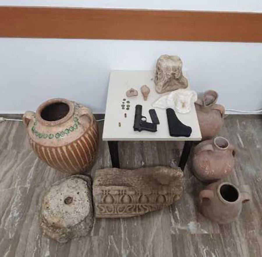 Τα αντικείμενα που βρέθηκαν στην κατοχή του 59χρονου (φωτ.: Ελληνική Αστυνομία).