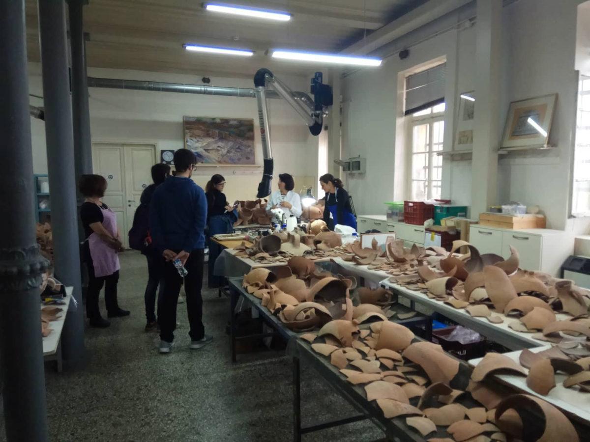Συντηρητές της ΕΦΑ Πόλης Θεσσαλονίκης ενημέρωσαν τους μικρούς και τους μεγάλους επισκέπτες, για τις εργασίες που πραγματοποιούνται και τον τρόπο συντήρησης των αγγείων, των ψηφιδωτών και των τοιχογραφιών που φιλοξενούνται στο εργαστήριο.