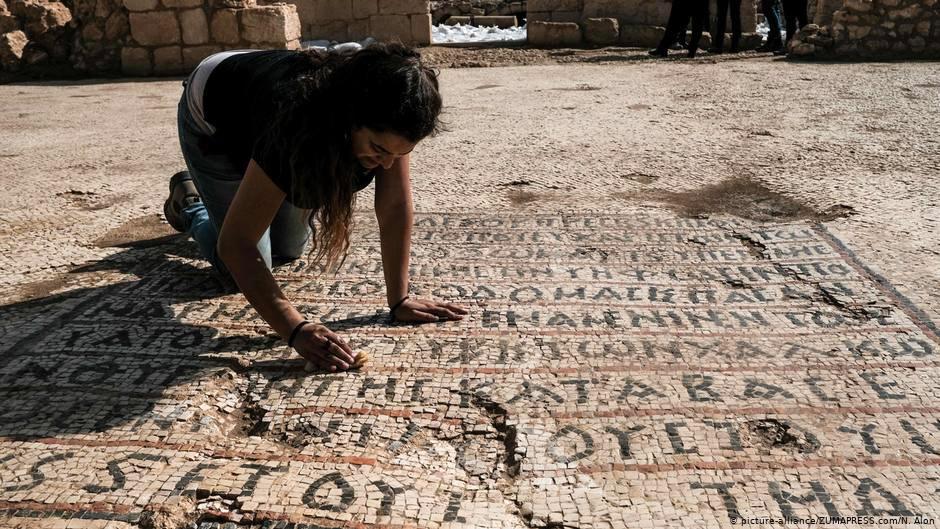 Σε μία από τις ελληνικές επιγραφές που αποκαλύφθηκαν ο χώρος αφιερώνεται στη μνήμη ενός «ένδοξου μάρτυρος» (πηγή φωτογραφίας: dw.com).