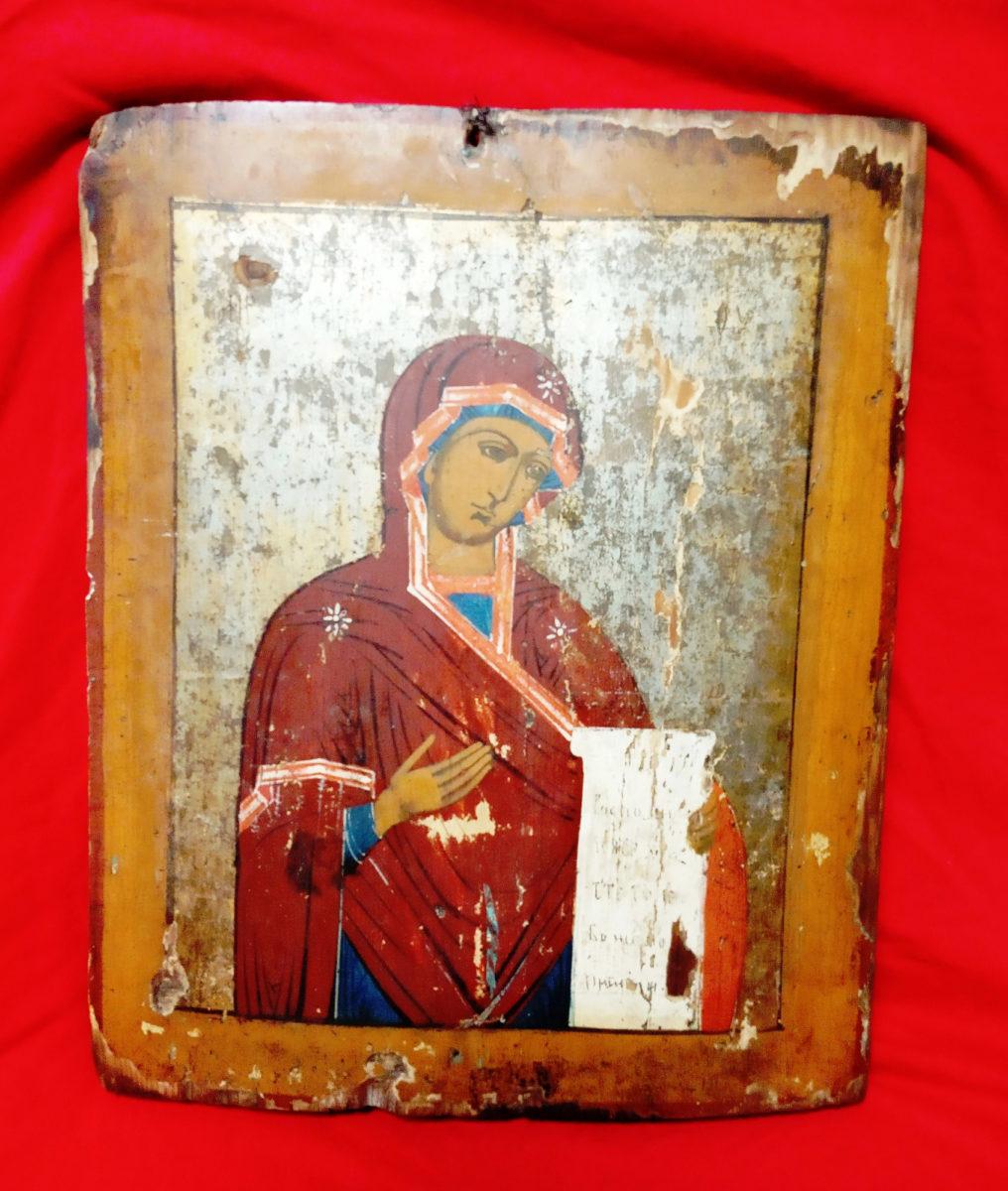Φορητή εικόνα της Παναγίας με ειλητό που έχει σλαβικές και ελληνικές επιγραφές (φωτ.: Ελληνική Αστυνομία).