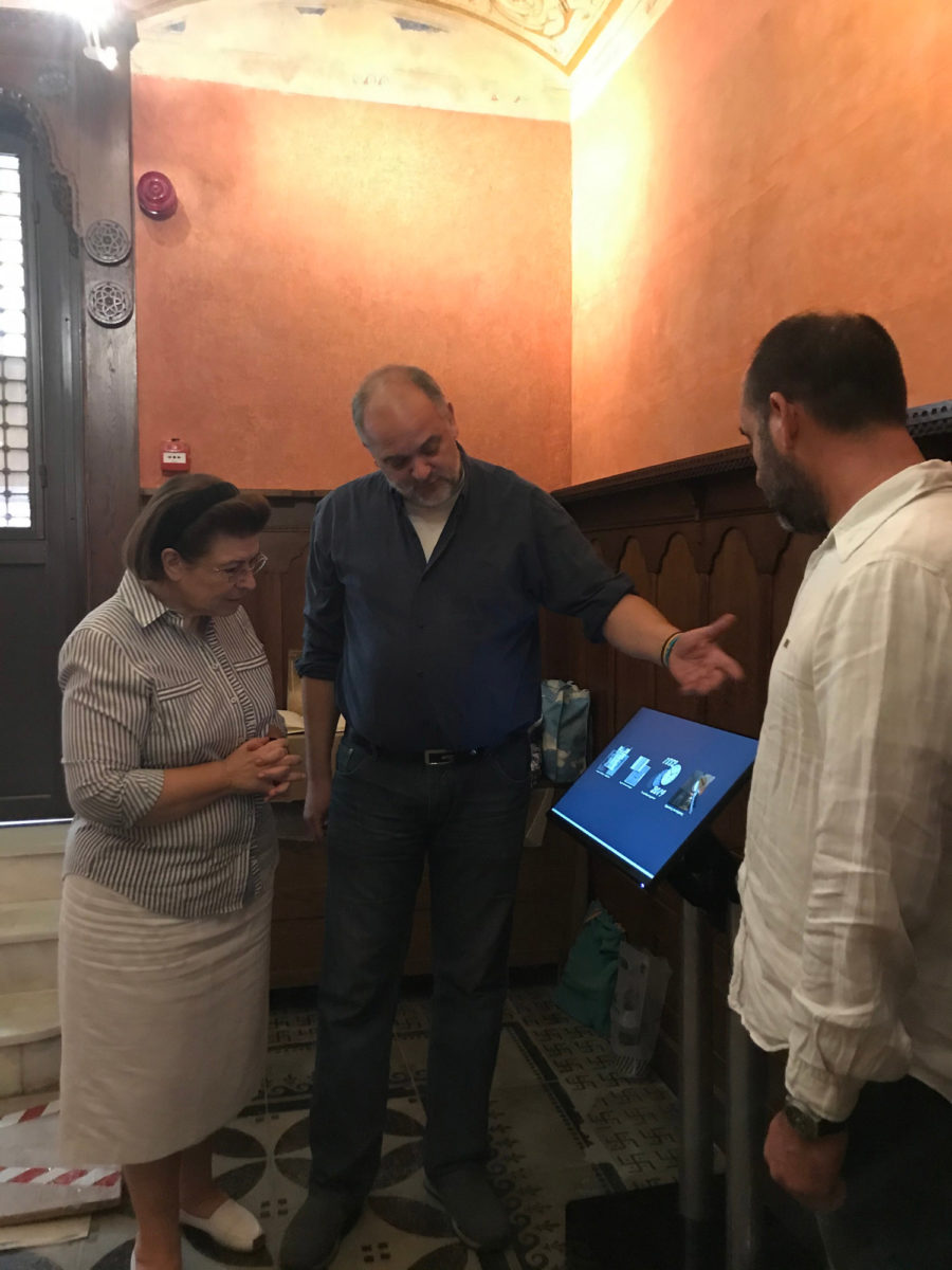 Κατά τη διάρκεια της ξενάγησής της, η υπουργός αναφέρθηκε στο επίμονο και επίπονο έργο των συντηρητών για την αποκατάσταση του Μεγάρου (φωτ.: ΥΠΠΟΑ).