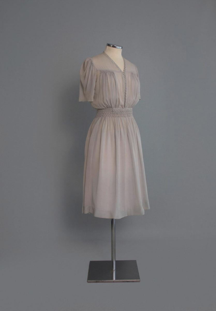 Φόρεμα από γκρι ανοιχτό κρεπ με σφηκοφωλιά. Αθήνα, δεκαετία 1940. Δωρεά: Λίτσα Λεμπέση (2013.6.267).