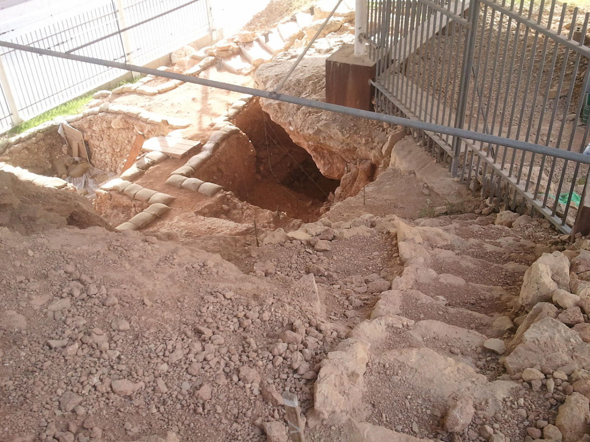 Η είσοδος του σπηλαίου Qesem στο Ισραήλ (φωτ.: Wikipedia).