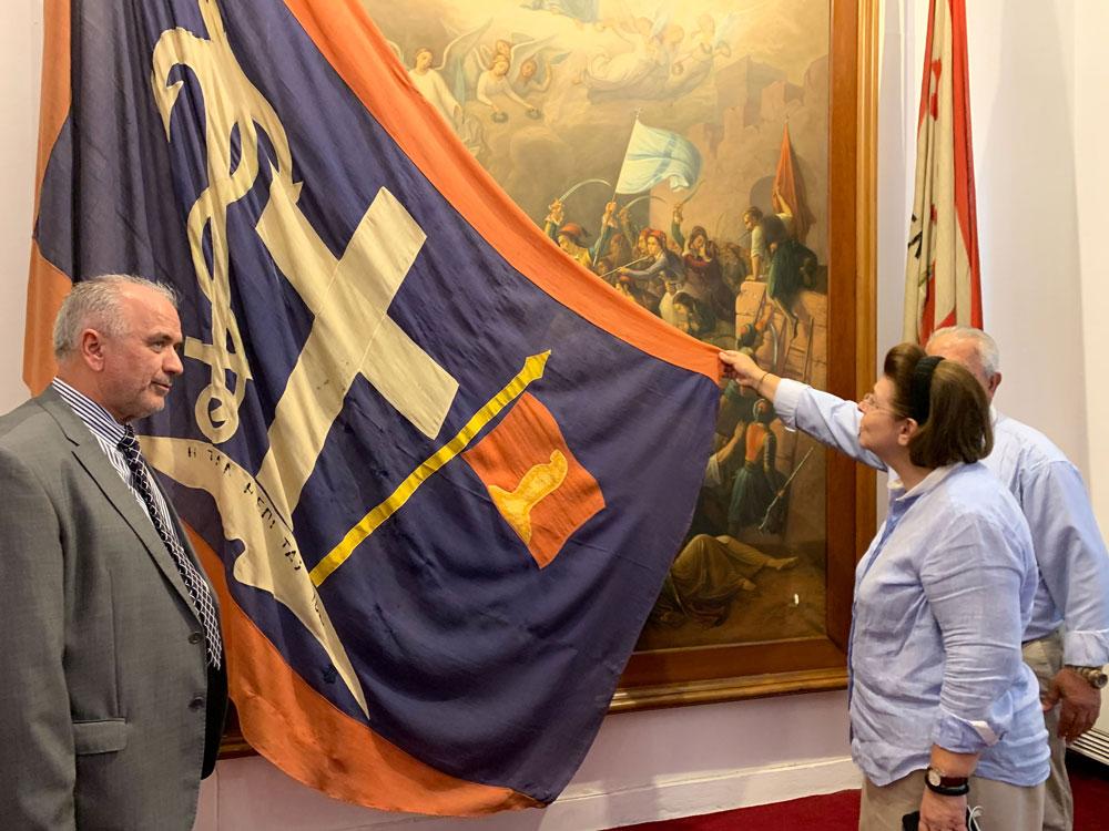 Ο Δήμαρχος Μεσολογγίου Κώστας Λύρος παρουσιάζει τη σημαία της Εξόδου στην Υπουργό Πολιτισμού και Αθλητισμού (φωτ.: ΥΠΠΟΑ).