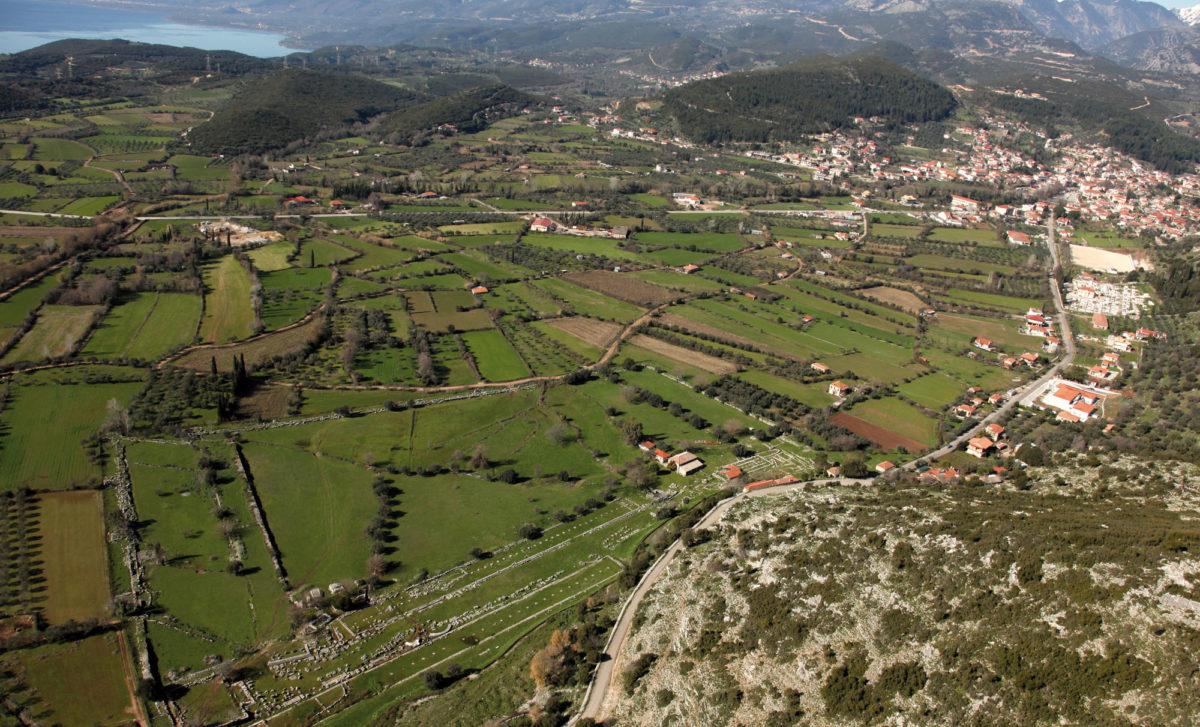 Το οροπέδιο του Θέρμου με τα ερείπια του Ιερού του Απόλλωνος στους πρόποδες του Μεγαλάκκου. Στο βάθος η λίμνη Τριχωνίδα και ο σημερινός οικισμός του Θέρμου.