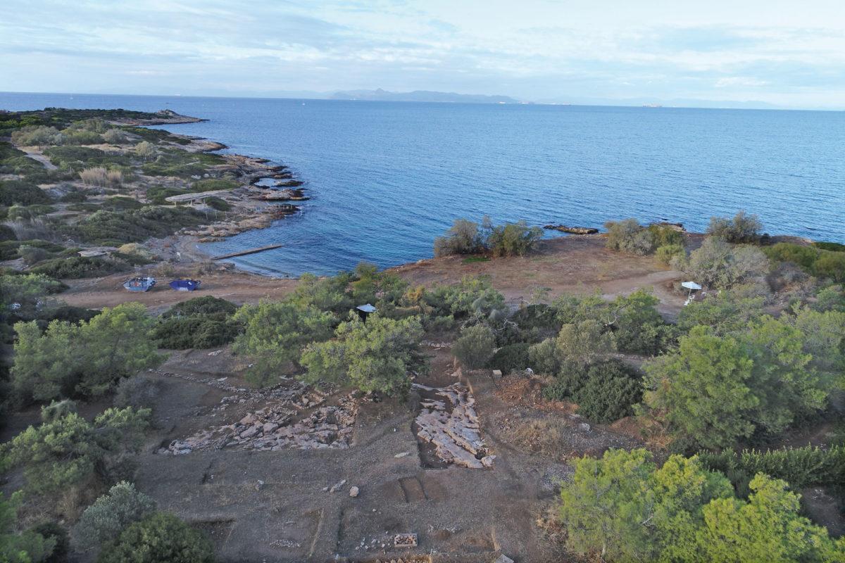 Άποψη του κεντρικού τμήματος της ανασκαφής, λίγα μέτρα από τον κλειστό, θαλάσσιο όρμο (Αρχείο ανασκαφής, φωτ.: Κώστας Ξενικάκης).
