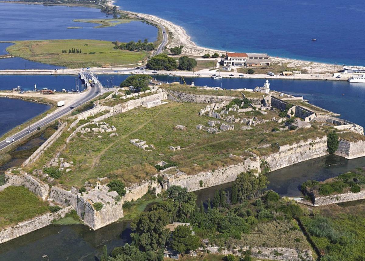 Γενική άποψη του φρουρίου από ανατολικά, προς τη Λευκάδα. Καρτ ποστάλ της δεκαετίας του '80.