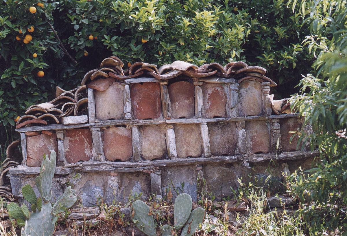 Λιθόκτιστο μελισσοκομείο στη Μάνη (φωτ.: Σ. Γερμανίδου).