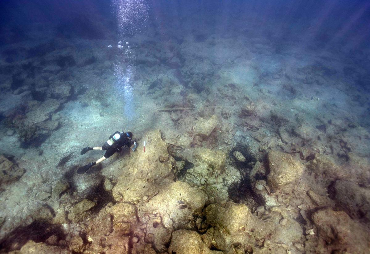 Διερεύνηση των ερειπίων με κεραμίδες κοντά στον κυματοθραύστη (φωτ.: Τμήμα Αρχαιοτήτων Κύπρου).
