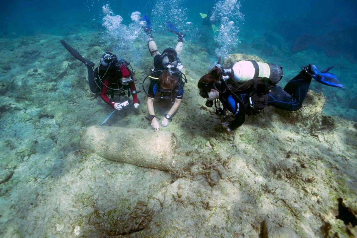 Διερεύνηση του γρανιτένιου κίονα από δύτες (φωτ.: Τμήμα Αρχαιοτήτων Κύπρου).
