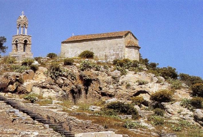 Το εκκλησάκι της Παναγίας Μεσοσπορίτισσας στον αρχαιολογικό χώρο της Ελευσίνας (φωτ.: Δήμος Ελευσίνας).