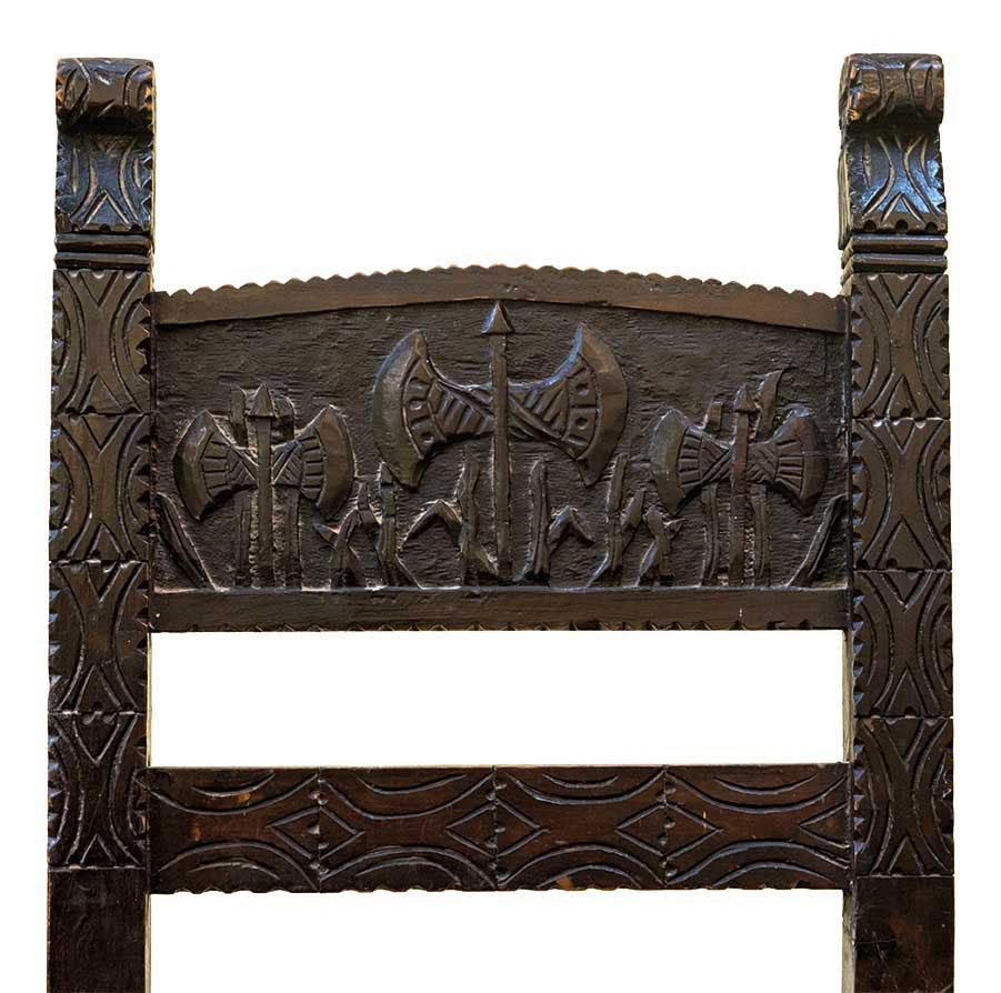 Ξυλόγλυπτη καρέκλα με μινωικό μοτίβο διπλού πέλεκυ, ιδιωτική συλλογή.