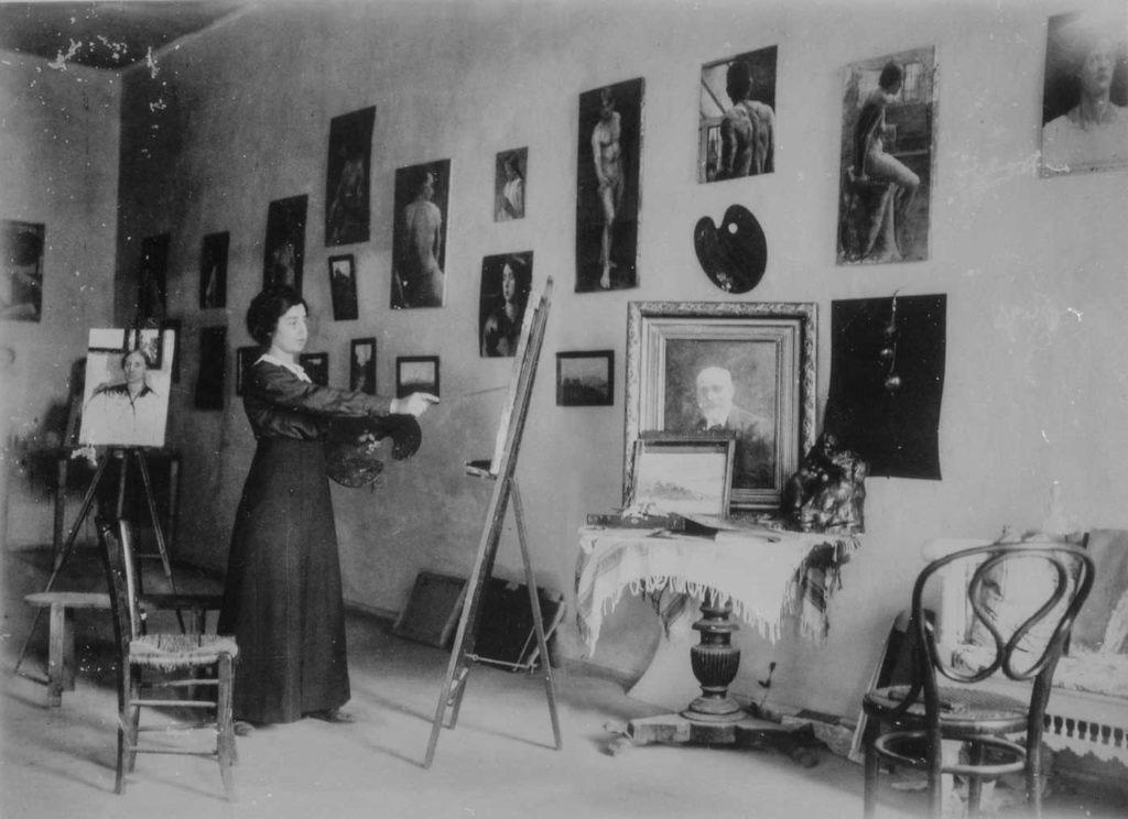 Η Φλωρεντίνη Καλούτση (το γένος Σκουλούδη), στο εργαστήριό της στα Χανιά, περ. 1915.