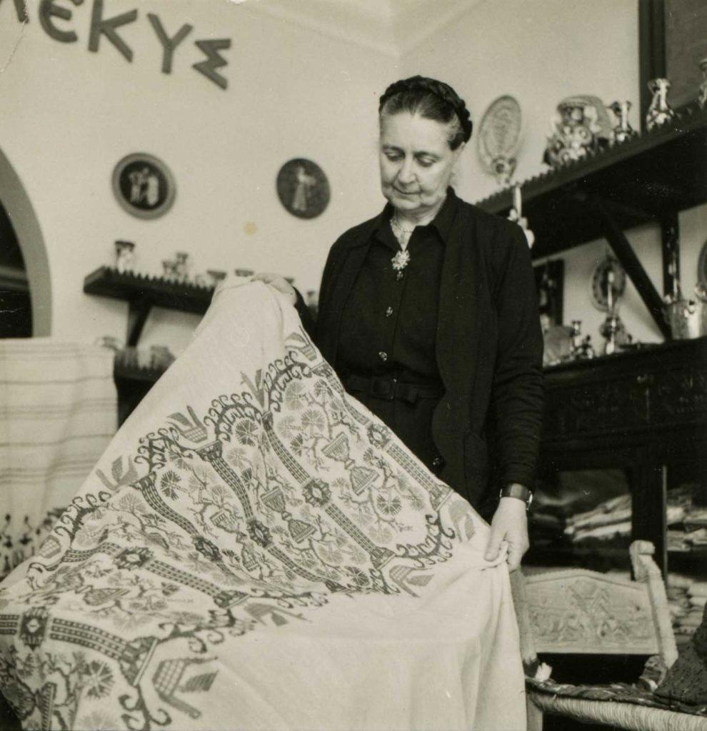 Η Φλωρεντίνη Καλούτση σε έκθεση του «Διπλού Πέλεκυ» (π. 1950-1967).