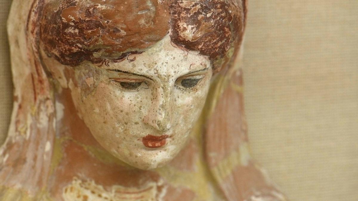 Προτομή γυναικείας μορφής με ίχνη χρωμάτων, β΄ μισό του 4ου αι. π.Χ. (φωτ.: ΑΠΕ-ΜΠΕ).