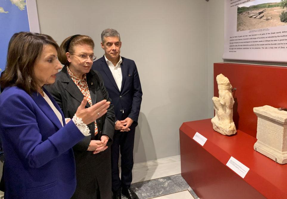 Η Λίνα Μενδώνη στο Αθανασάκειο Αρχαιολογικό Μουσείο Βόλου (φωτ.: ΥΠΠΟΑ).