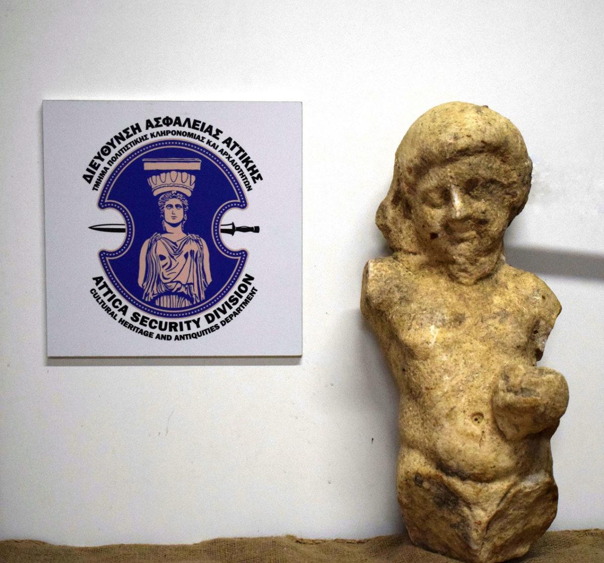 τμήμα μαρμάρινου αγάλματος της Αρχαϊκής περιόδου που κατασχέθηκε στη Μεσσηνία (φωτ.: Ελληνική Αστυνομία).