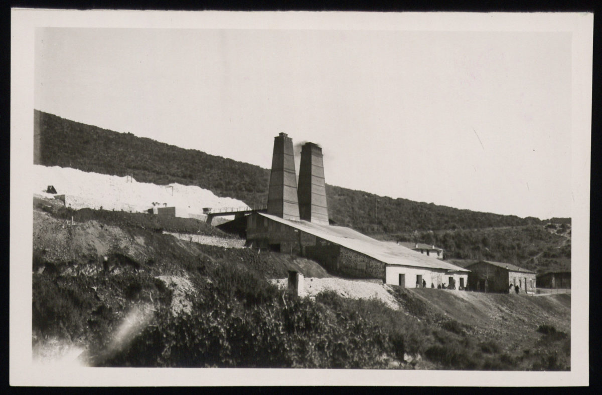 Οι δύο κάμινοι καυστικής μαγνησίας στις εγκαταστάσεις φρίξεως λευκολίθου στα Μεταλλεία Βάβδου Χαλκιδικής. Aπό τη μελέτη με τίτλο «Οι λευκόλιθοι Βάβδου: κοιτασματολογική και μεταλλευτική μελέτη», του Μηχανικού Μεταλλειολόγου Κ. Ζάχου, 1956, Ιστορικό Αρχείο ΠΙΟΠ, Αρχείο Κεντρικής Επιτροπής Δανείων.