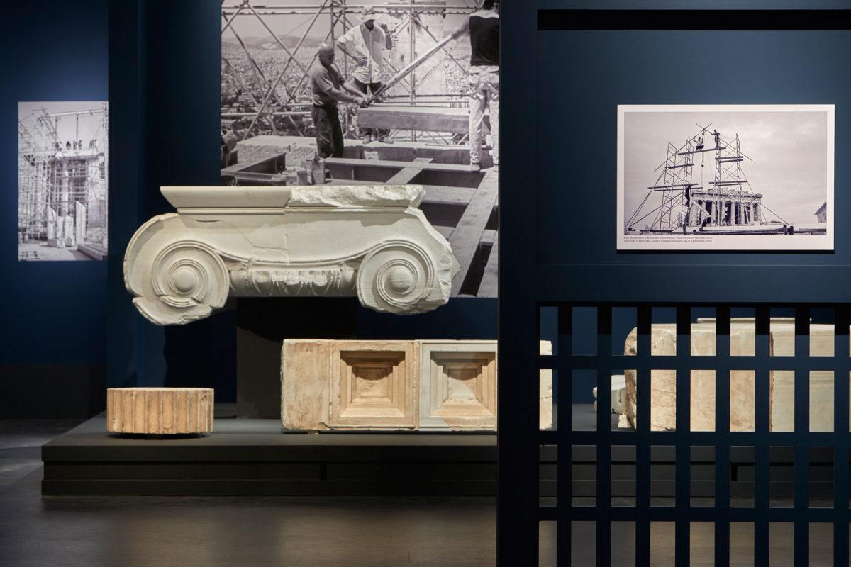 Άποψη της έκθεσης «Σμίλη και Μνήμη. Η συμβολή της μαρμαροτεχνίας στην αναστήλωση των μνημείων της Ακρόπολης» (φωτ.: Μουσείο Ακρόπολης).