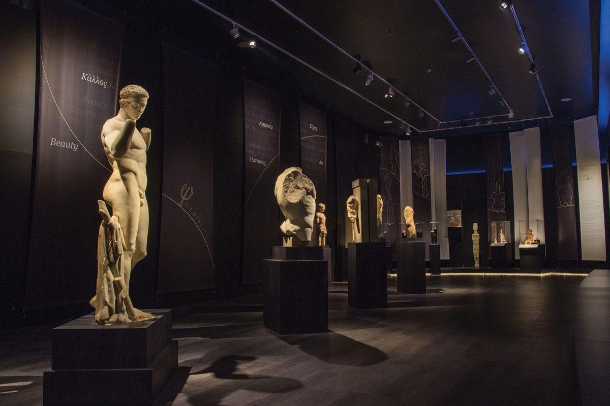 Άποψη της περιοδικής έκθεσης «Οι αμέτρητες όψεις του ωραίου»  - Ενότητα «Προβάλλοντας το σώμα» (© Εθνικό Αρχαιολογικό Μουσείο/ΤΑΠ).