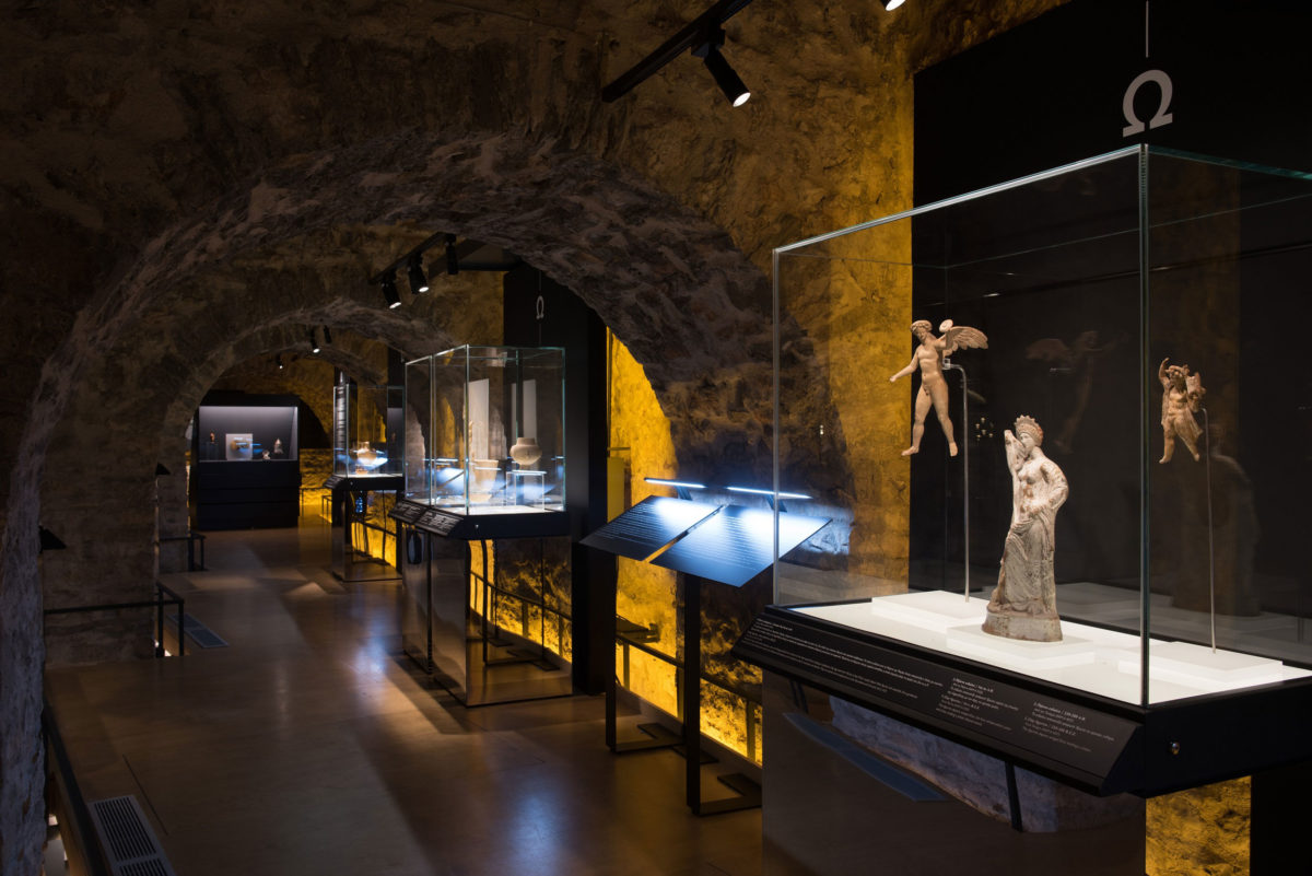 Άποψη της περιοδεύουσας έκθεσης «Οι αμέτρητες όψεις του Ωραίου», στο Μουσείο Αργυροτεχνίας, στα Ιωάννινα (© ΠΙΟΠ).