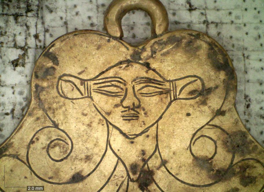 Xρυσό μενταγιόν που απεικονίζει την Αιγύπτια θεά Άθωρ (φωτ.: ΥΠΠΟΑ).