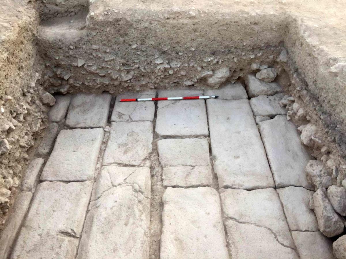 Ο πλακοστρωμένος δρόμος όπως αποκαλύφθηκε από την Τομή 19C (φωτ.: Τμήμα Αρχαιοτήτων Κύπρου).