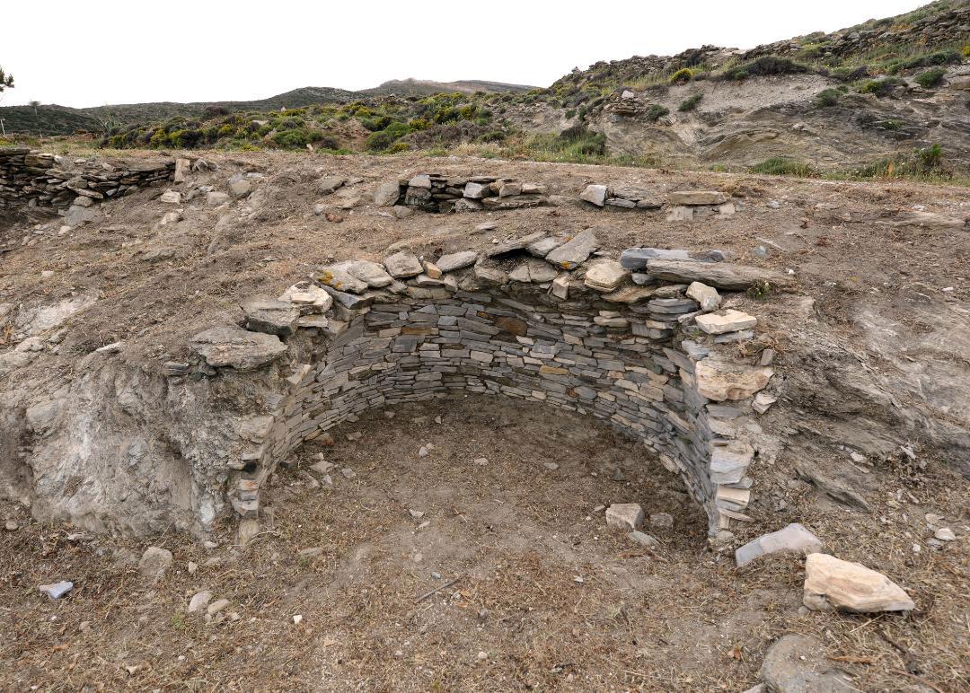 Ο θολωτός τάφος της Αγίας Θέκλας, στην Τήνο, σήμερα. © Εφορεία Αρχαιοτήτων Κυκλάδων, Κ. Ξενικάκης.