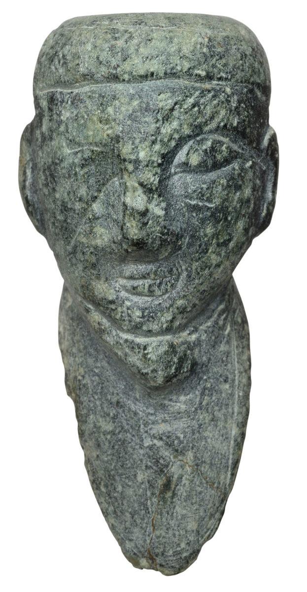 Κεφαλή ακρόλιθου ειδωλίου ανδρικής μορφής από τη Γρόττα, στη Νάξο (14ος αι. π.Χ.). © Εφορεία Αρχαιοτήτων Κυκλάδων, Κ. Ξενικάκης.