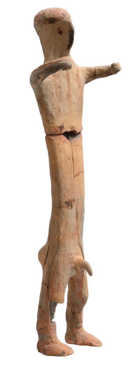 Πήλινο ειδώλιο ανδρικής μορφής από το Ιερό της Φυλακωπής, στη Μήλο (12ος αι. π.Χ.). © Εφορεία Αρχαιοτήτων Κυκλάδων, Κ. Ξενικάκης.